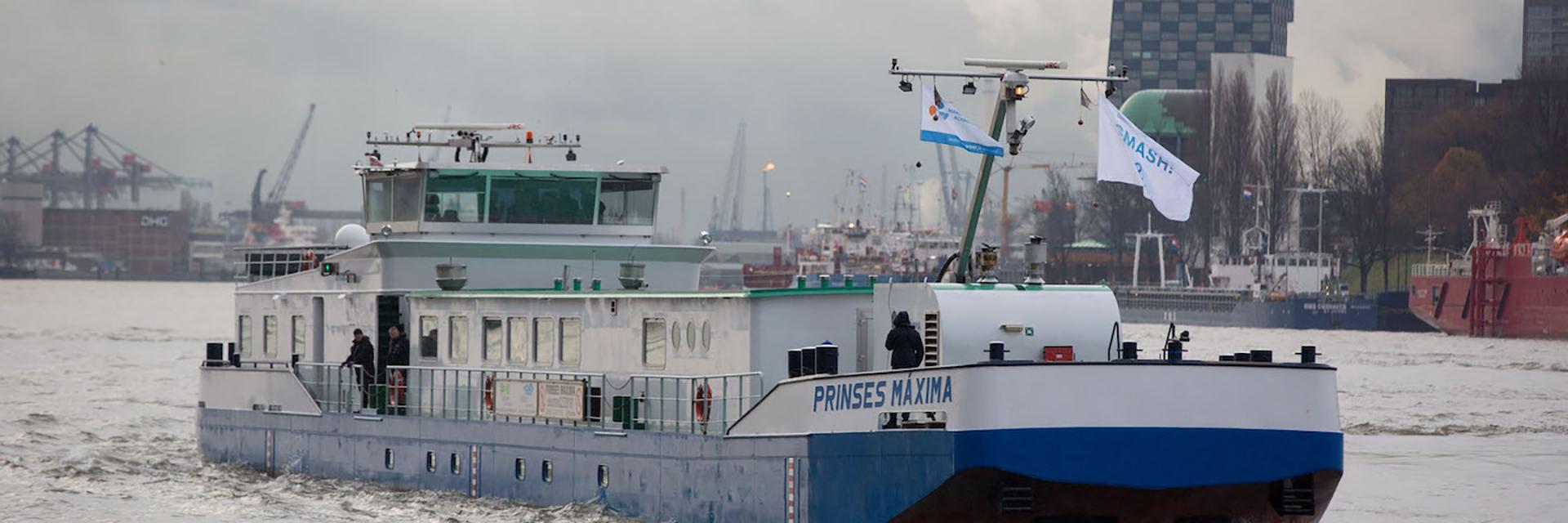 Een decoratieve foto waarop een boot te zien is. De boot heet Prinses Máxima.